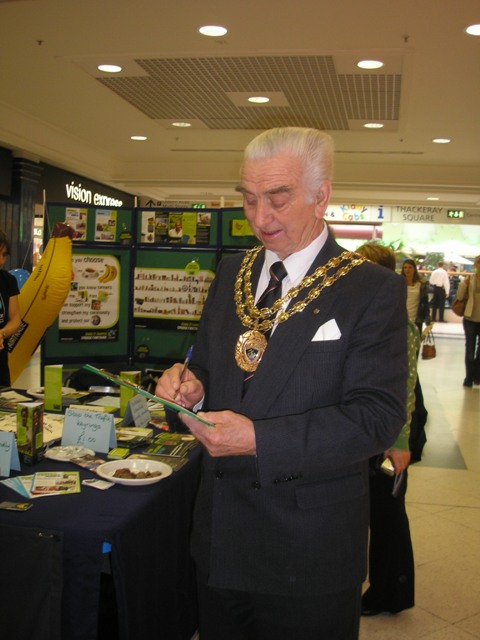 Mayor of Fareham Ernest Crouch signs the Fairtrade pledge