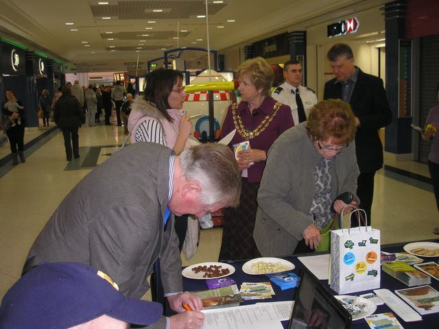 The Mayor chats about Fairtrade while her Consort does the banana quiz.